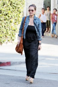 celebrity-black-maxi-dressjessica-alba-black-maxi-dress-jean-jacket-brown-suede-purse-with-puwzz5ul