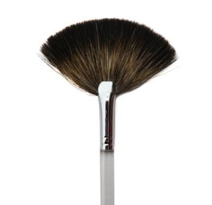 Procedete dallo zigomo e tirate il prodotto verso la tempia, questo pennello prende poco prodotto, perciò vi consente di dosare