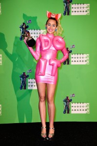 blow_up_do_it_dress_miley_cyrus_vmas_2015_1au80rc-1au80us