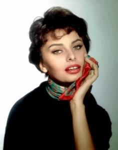 Occhi da gatta e foulard colorato starring Sophia Loren
